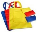 某超市门口的货架上出售的环保袋