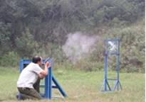 用手枪射击来检验防弹玻璃性能的试验